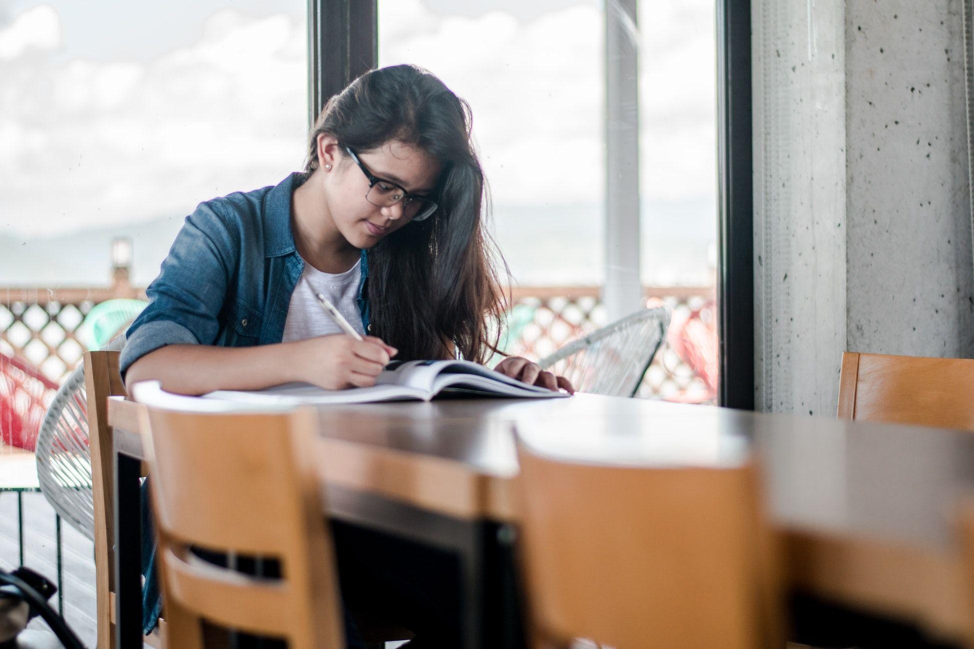 magellan-orientation-scolaire-etudiante-livre-écrire